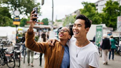 Let's take a selfie, helft van de millennials doet relatie mooier voor dan die echt is
