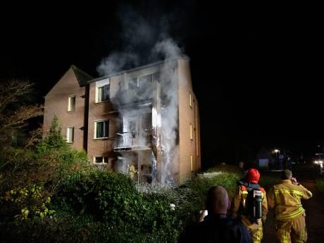 Brandweer haalt mensen van balkons brandend complex in Deurne
