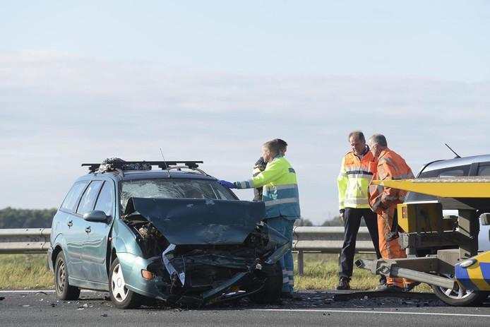 Zeker één auto raakte flink beschadigd bij het ongeval op snelweg A16.