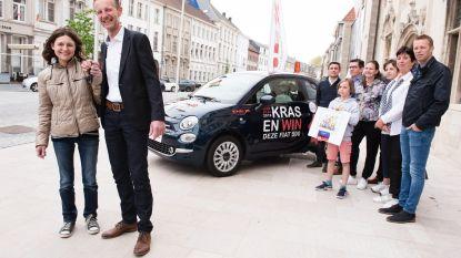 Nathalie Vervaeck uit Wortegem-Petegem wint auto van Oudenaardse handelaarsactie Kras & Win