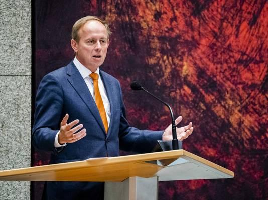 Fractievoorzitter Kees van der Staaij van de SGP zegt dat het besluit te ver gaat en kerkgangers bedreigd zijn.