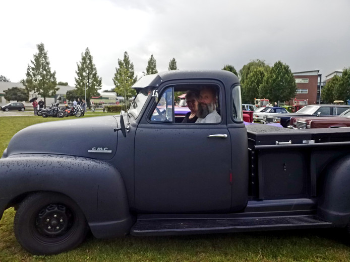 Een andere oldtimer, een GMC pick up.