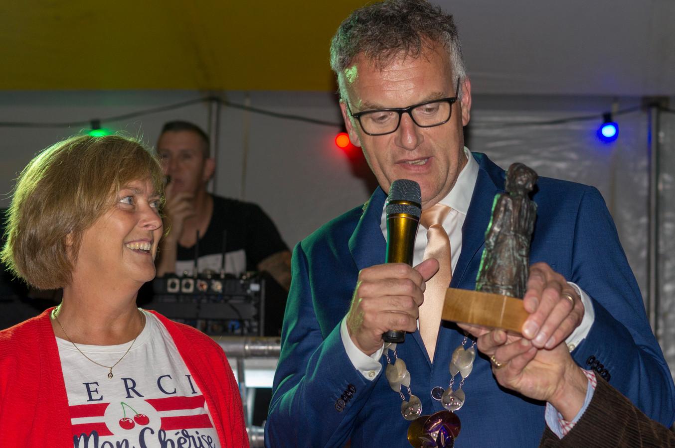 Burgemeester Hans Janssen overhandigt Arina Schuurmans de Heukelomse Mie.