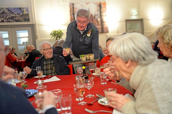 Gerard Eulink al tien jaar organisator en kok van eetsoos voor bejaarden in Dorpshuis Lonneker.