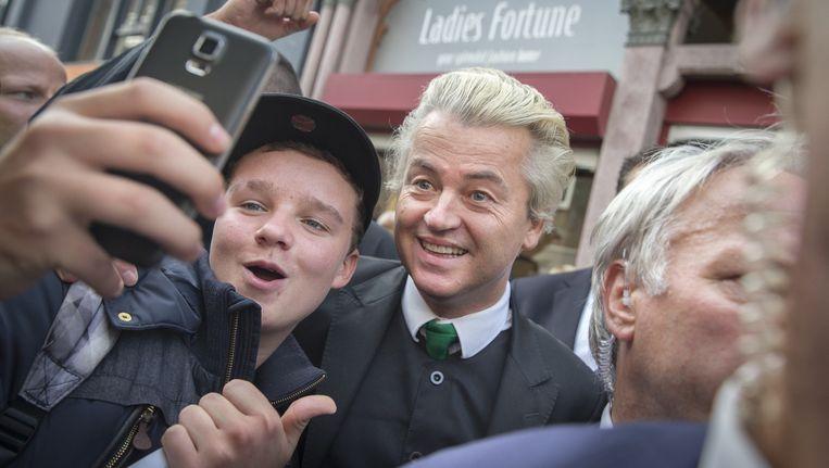 PVV-leider Geert Wilders gaat op de foto met sympathisanten op de markt in Purmerend. Beeld anp