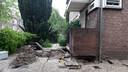 Bij sommige woningen is er onder de gevels flink veel grond weggespoeld.
