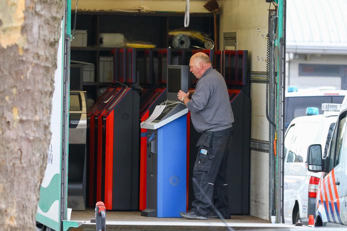 De in beslag genomen gokzuilen werden met een vrachtwagen afgevoerd.