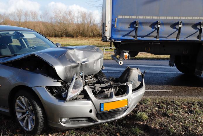 Schade aan de voorkant van de auto door het ongeval.