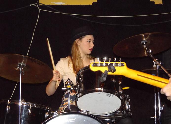 Sarah Papenheim als drummer.