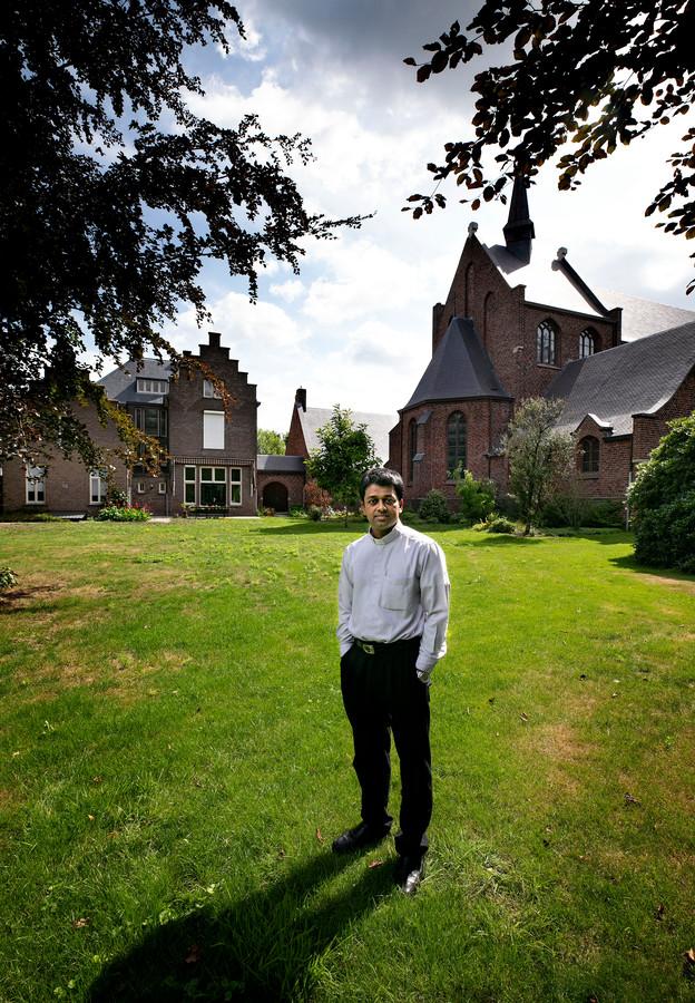 Pater Mervin Varayankunnel in de pastorietuin in Heeze, waar op zondag 18 augustus de openluchtmis plaats zal vinden.
