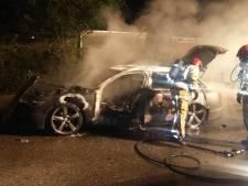 Wéér autobrand in Helmond, dit keer aan de Jozef Israelsstraat