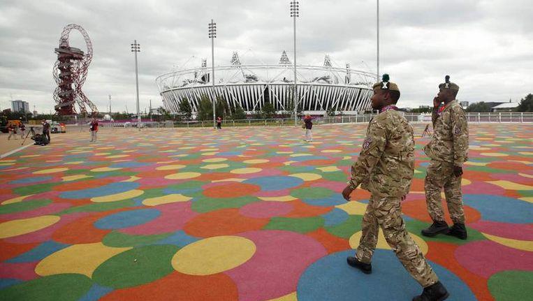 Twee soldaten lopen langs het Olympisch Stadion in Londen Beeld null