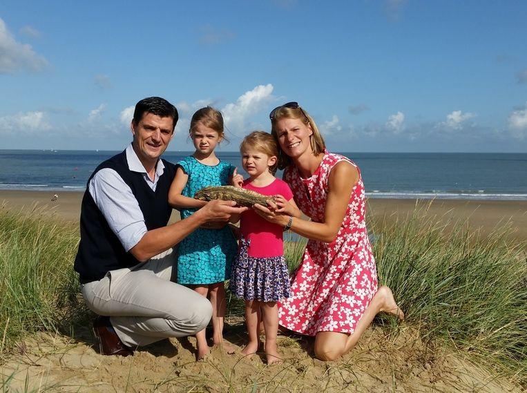 De Luxemburgers Marc en Susan Lechat met hun dochters Alice en Clémentine en de recordoester op de vindplaats.