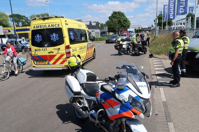 Scooterrijder raakt gewond bij botsing met auto op het Spinveld in Breda.