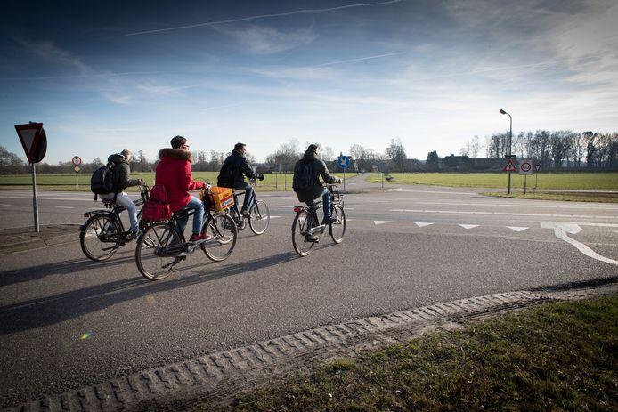 Plaatselijk Belang wil een ongelijkvloerse kruising van de Varsenerweg: onder de Hessenweg (N340) door, of er overheen. Zodat fietsers, maar ook auto's, vrachtwagens en landbouwvoertuigen veilig de provinciale weg kunnen kruisen.