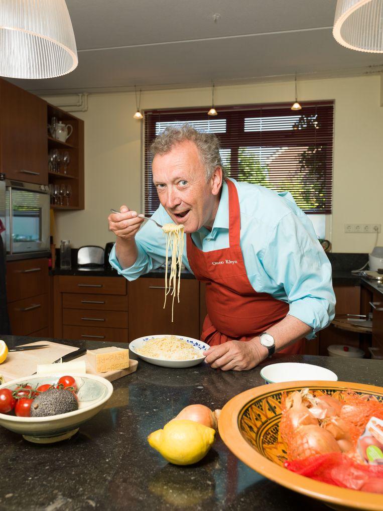 Culinair schrijver Onno Kleyn in zijn huis in Koog aan de Zaan