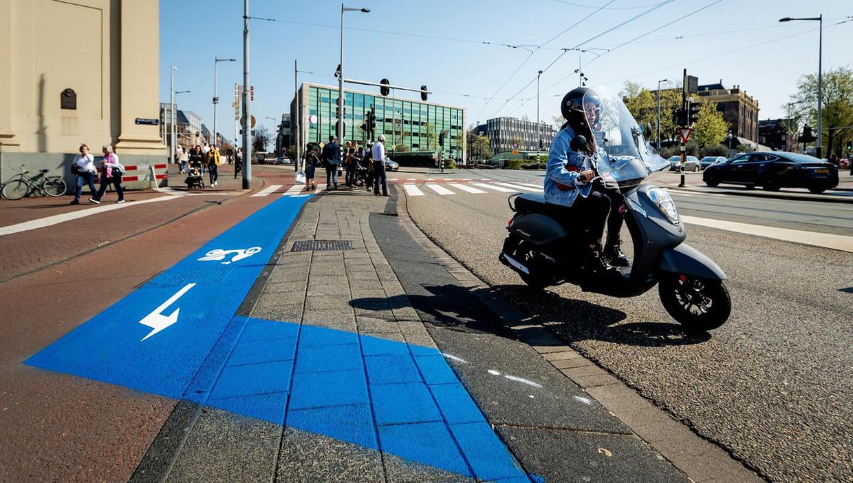 Snorfietsers moeten sinds 8 april op de rijbaan in Amsterdam
