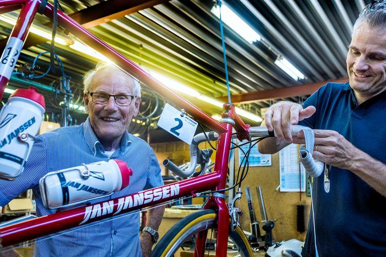 Jan Janssen in zijn wielerzaak met een van zijn zoons. Beeld Patrick Post