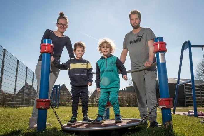 Willem en Lieke Goudsmid wilden een schutting bouwen bij de opa en oma van Lieke in Apeldoorn. De buurman was daar niet van gediend en zette Willem letterlijk het mes op de keel, onder het toeziend oog van hun twee jonge kinderen.