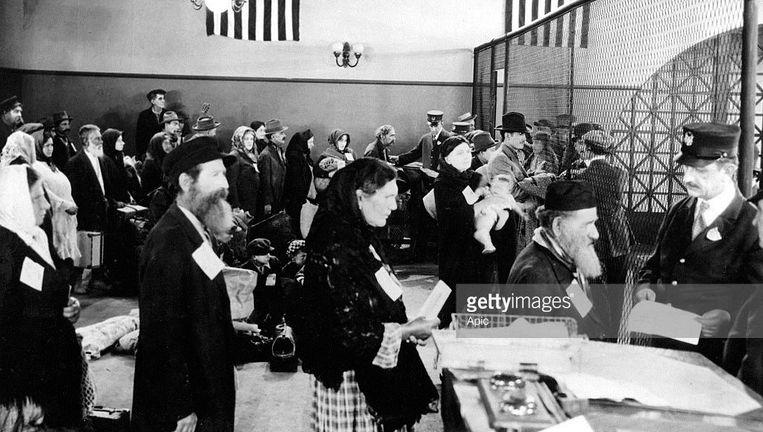 Joodse immigranten bij het integratiekantoor in New York in 1910 Beeld getty