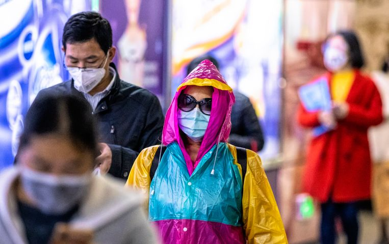 In de Chinese miljoenenstad Guangzhou gaan mensen met mondkapjes de straat op om zich te beschermen tegen het coronavirus/Covid-19. (12/02/2020)