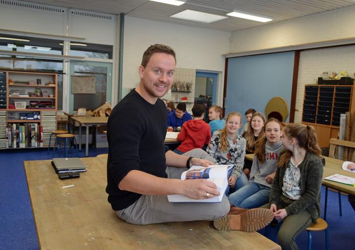 Thijs van Wijk geeft Bijbelles aan de kinderen van verschilllende groepen van De Kirreweie in Burgh-Haamstede. Hier aan groep 7/8.