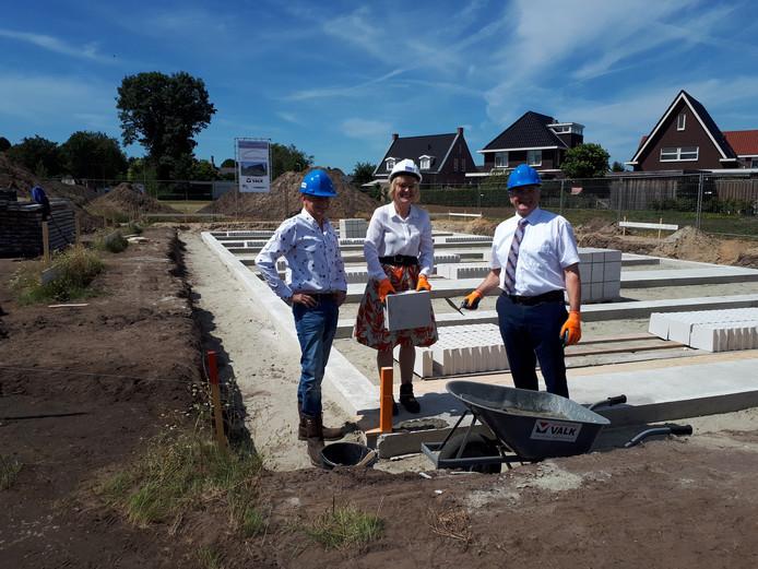 De symbolische eerste steen in De Veldegge in Heeten is gelegd door wethouder Wout Wagenmans (rechts), directeur Marijke Kool van SallandWonen (midden) en Hans Valk (aannemersbedrijf Valk).