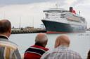 Het cruiseship Queen Mary II vaart Zeebrugge binnen. Dit soort van toerisme ziet het Belang liever niet ingeperkt.