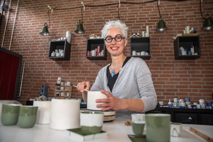 Everdien Post van EP Ceramics is een van de succesvolle ondernemers die hun plek hebben gevonden bij de Creatieve Coöperatie aan de Esdoornstraat in Zwolle. Er komt nu hulp voor kunstenaars die het lastig vinden om hun eigen bedrijf op te zetten.