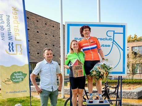 Marga Vermue wielerkampioene bij burgemeesters