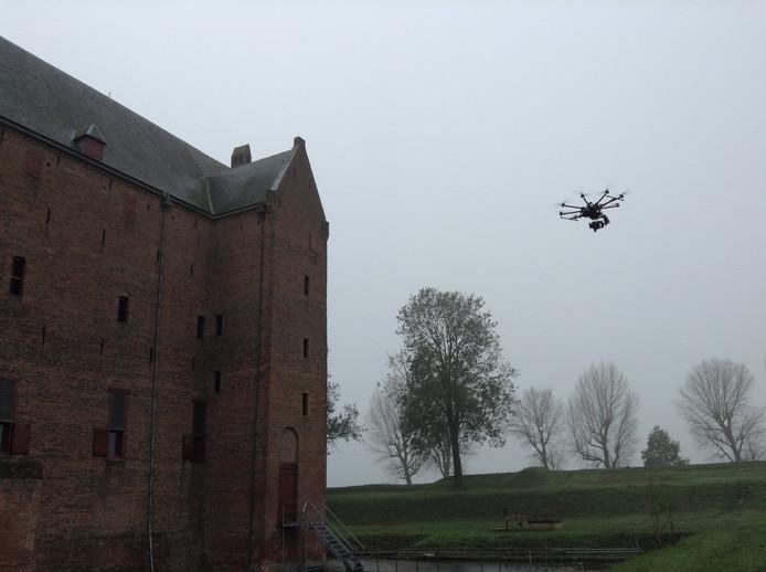 Voor de eerste keer werd een drone ingezet om het dak van Slot Loevestein te inspecteren.