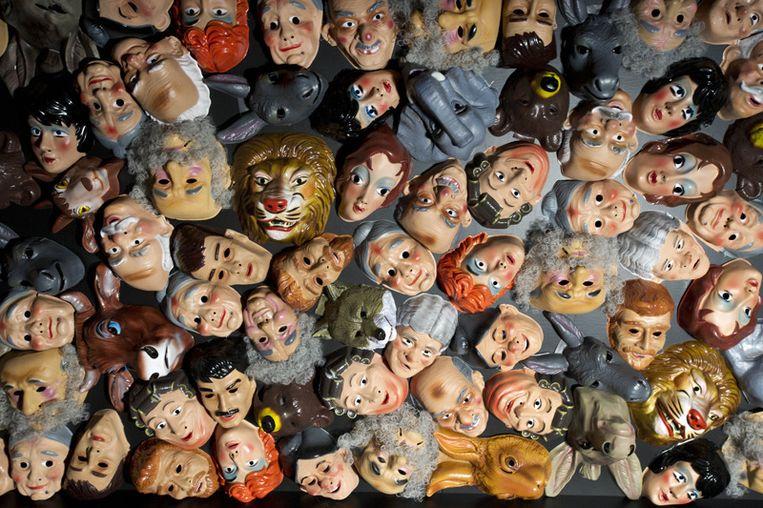 Joodse carnavalsmaskers hangen in De Nieuwe Kerk van Amsterdam voor de tentoonstelling Jodendom. © ANP Beeld