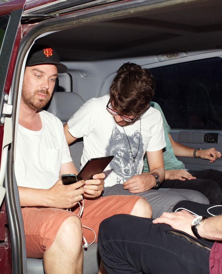 Heldens met de tourmanager in de taxibus. Beeld Daniel Cohen