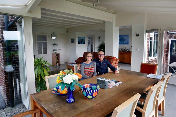 Anton en Monique Verschoor in hun verbouwde boerderij aan de rand van Dussen.