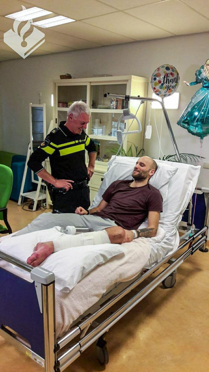 Een inzamelingsactie op internet heeft meer dan 25.000 euro opgebracht voor de mishandelde Haarlemse agent Damien Kok. Hij brak zijn kuit- en scheenbeen afgelopen oudejaarsnacht na een schop van een 19-jarige jongen.