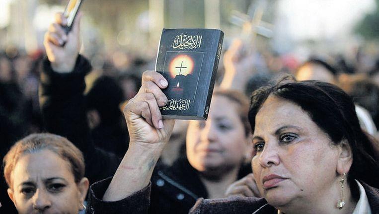 Koptische christenen in Egypte protesteren nadat hun kerk in brand is gestoken. Beeld EPA