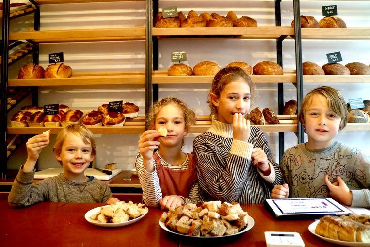 Enkele lekkerbekken konden de proevertjes op de opening van Bakker Klaas niet weerstaan.