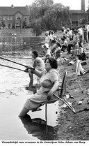 De jaarlijkse viswedstrijd voor vrouwen bij de Linievijver in Breda-Noord.