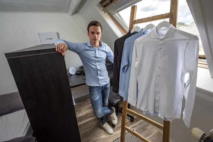 De 24-jarige Bram Houwen uit Vorden is oprichter van Journey Shirt. Hij runt zijn bedrijf vanuit de zolderkamer van zijn ouderlijk huis.