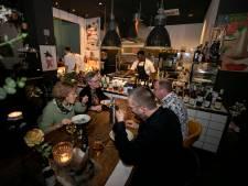 Een chef-kok die niet alleen in de keuken van Le Yuzu in Asten swingt