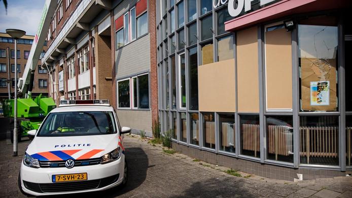 Beschadigde ramen van de stichting Nida in Rotterdam-West. Bij de stichting, die volgens sommige Erdogan-aanhangers banden zou hebben met Fethullah Gülen, gingen stenen door de ruiten