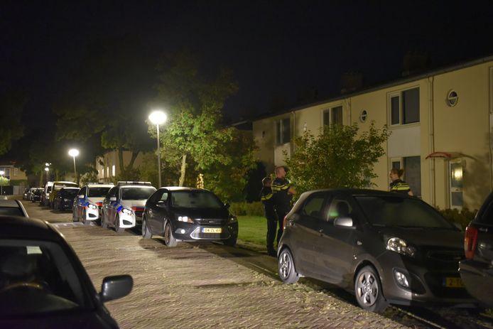 Bewoners van de Hazelaarstraat in Almelo werden donderdagnacht opgeschrikt door een harde knal achter een woning in de straat. Daarbij werden twee ruiten vernield.