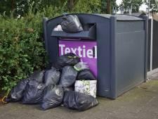 250 kilo tweedehandskleding verpest door overvolle containers: 'Jammer dat waardevolle goederen dan op straat liggen'