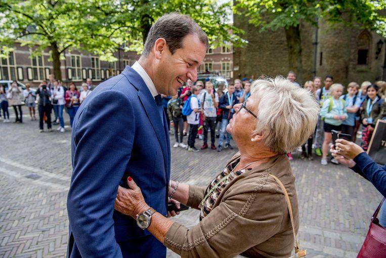 Demissionair minister van sociale zaken en wwerkgelegenheid en vicepremier Lodewijk Asscher (PvdA) wordt na het verlaten van de ministerraad op het Binnenhof aangeklampt door een fan. Beeld ANP