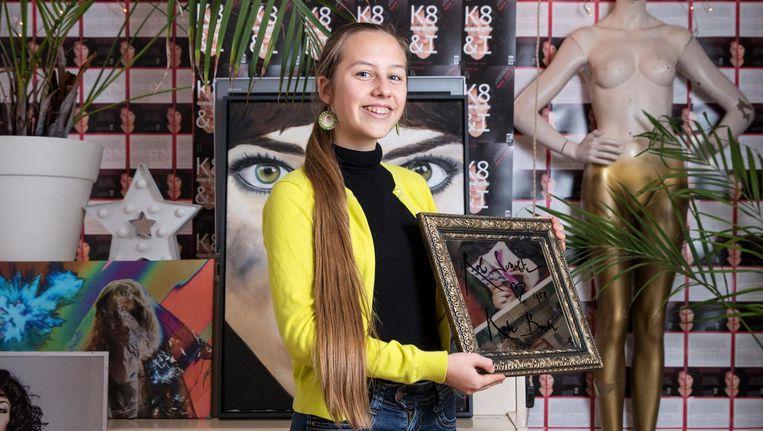Luna van der Horst in haar pop-upmuseum, met in haar handen een werk van Rob Scholte Beeld Dingena Mol