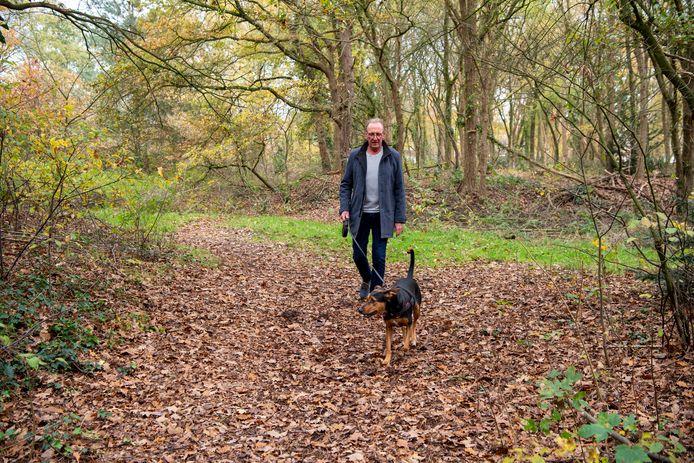 René van der Linde met zijn hond Moos in het bos dat geschikt moet worden.