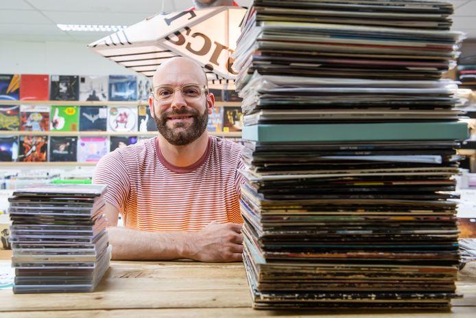 Voor het eerst sinds 1986 heeft de vinylplaat de cd verdrukt in de verkoopcijfers. Frank Groen tussen het vinyl en de CD's.