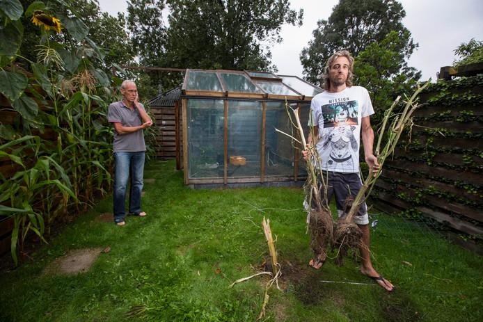 Rene Barendse in zijn geruimde tuin.