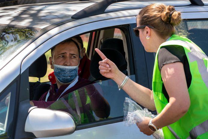 Werknemers van varkensverwerkingsbedrijf Vion werden gecontroleerd op aantal van mensen in een voertuig en op het gebruik van mondkapjes.