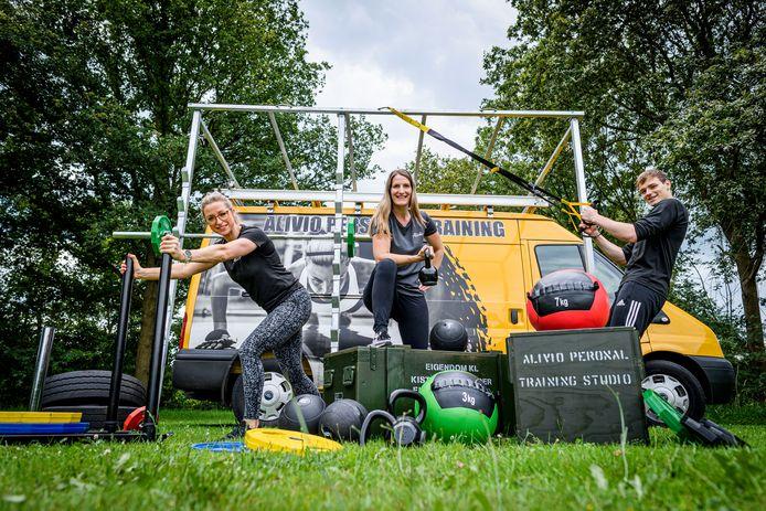 De trainers van Alivio bij de Healthy Fit Truck: van links naar rechts Mireille Bakermans, Marieka Bomers en Brent Stegeman.